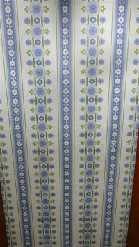 blauw groene bloemen in verticale banden