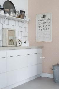 ESTA behang witte hartjes op een roze achtergrond