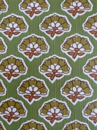 groen bruin bloemetje op een groene achtergrond bloemenbehang