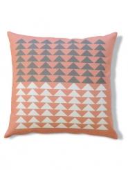Roze kussen met witte en grijze driehoeken
