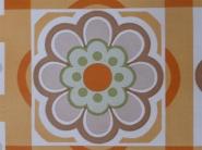 oranje bruine bloemen in een geometrisch patroon