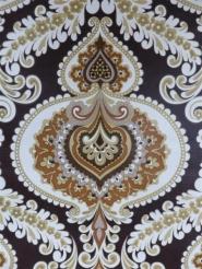 medaillon sur un fond brun foncé