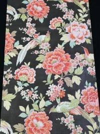 Vintage bloemenbehang met roze bloemen en exotische vogels