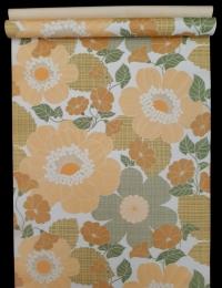 Vintage behang met grote oranje en groene bloemen