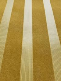 Fluweel behang oker verticale lijnen