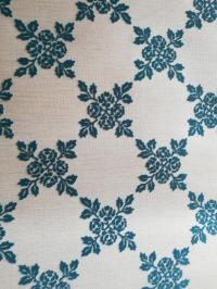 Blauw en wit fluweel behang met bloemen