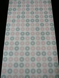 roze en grijze bolletjes op een witte achtergrond
