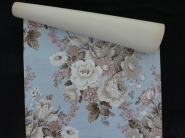 Papier peint vintage fleurs beige et rose sur un fond bleu clair