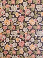 Papier peint vintage avec des fleurs blanches, jaune et rose sur fond brun