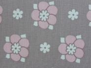 roze bloem en witte bolletjes op een grijze achtergrond