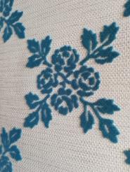 Papier peint velours fleurs bleu sur un fond blanc