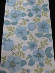 blauwe bloemen op een wit grijze achtergrond